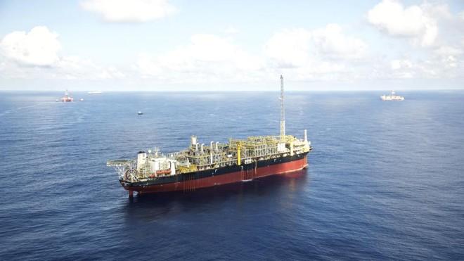 Navio-plataforma da Petrobras em atividade na Bacia de Santos:produção de petróleo subiu 7,5% em 2015. | Agência Petrobras/