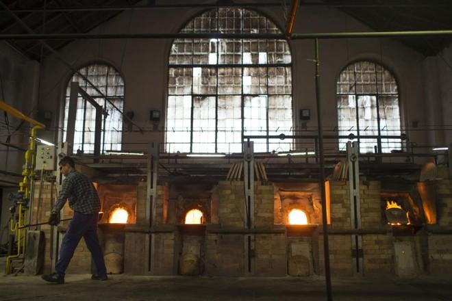 Funcionário trabalha na fábrica da Preciosa Ornela, na República Checa | URIEL SINAI/NYT