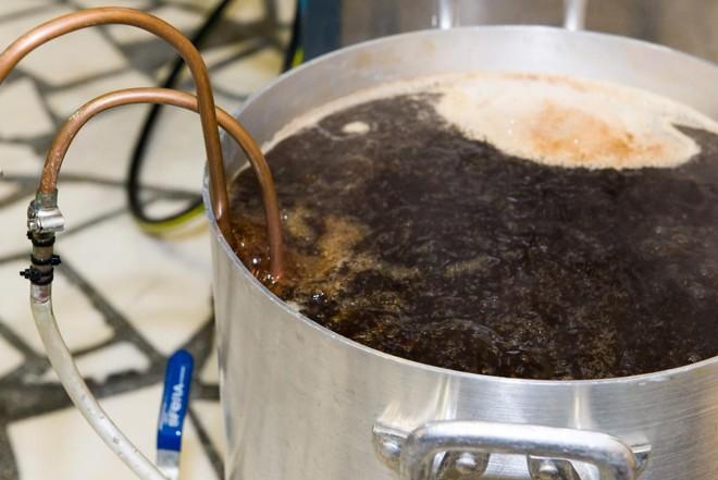 Além de dominar expertise da produção, cervejeiros precisam aprender sobre o mercado.   Fred Kendi/Gazeta do Povo