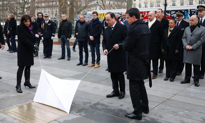 O presidente François Hollande inagurando uma placa em homenagem as  vítimas dos atentados  de 2015. | PHILIPPE WOJAZER/AFP