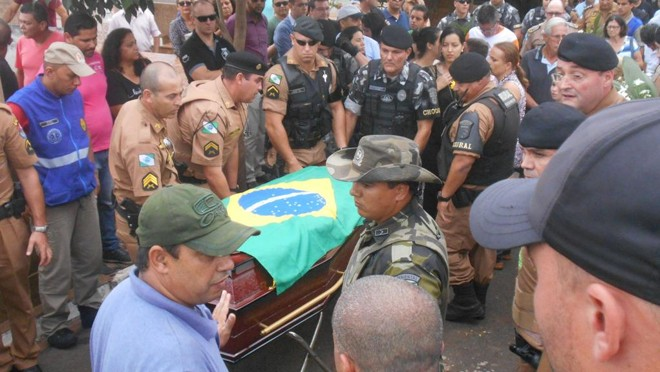 Corpo de Cristiano Luiz Bottino foi sepultado no fim da tarde deste sábado no Cemitério São Pedro. | Marcus Ayres/Gazeta do Povo
