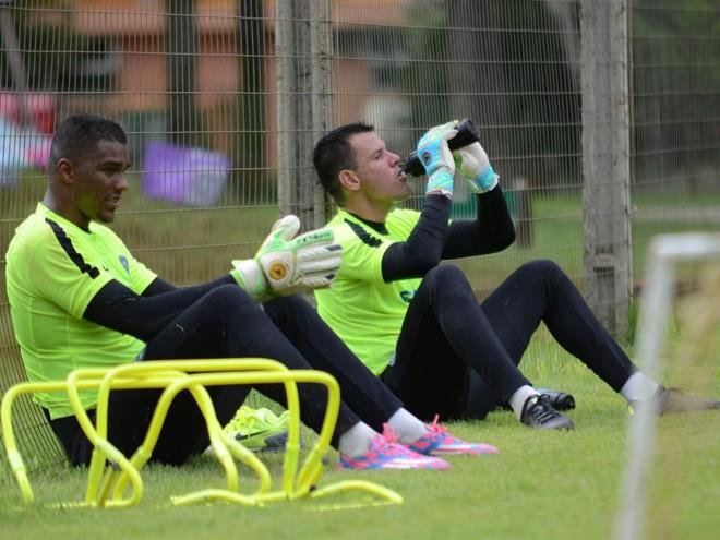 Os goleiros Elisson e Wilson em pausa no treino de pré-temporada em Foz: defesa do Coxa já está definida. | Coritiba/Divulgação