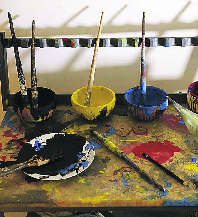 Instrumentos de pintura organizados da maneira como Miró o fazia. | JUSTIN TALLIS/AFP