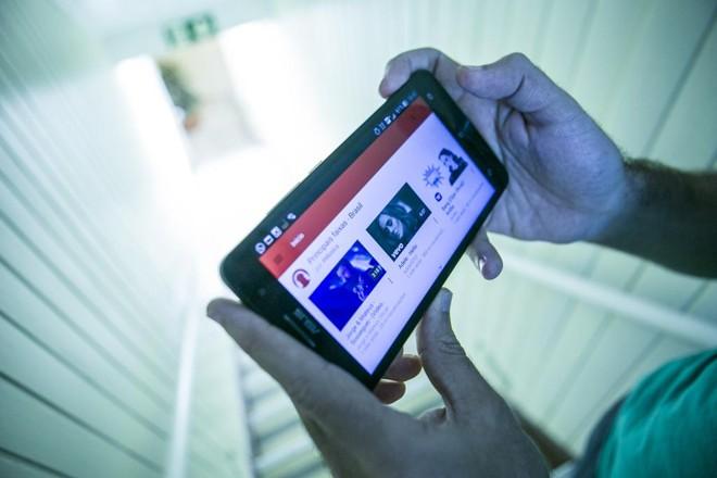 Assistir a vídeos no YouTube ou em serviços como o Netflix já se tornou um hábito comum entre os brasileiros | Marcelo Andrade/Gazeta do Povo