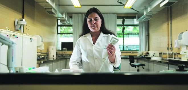 Lúcia de Noronha foi uma das pesquisadoras que descobriu que o zika vírus tem a capacidade de atravessar a placenta e causar a microcefalia. | Henry Milleo/Gazeta do Povo