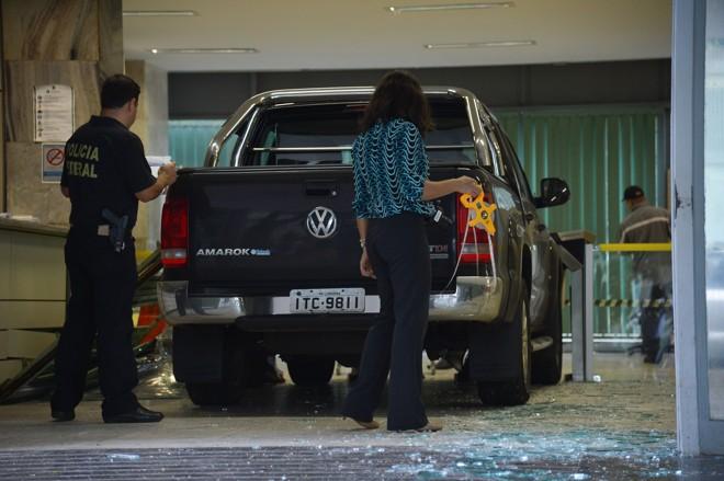 Caminhonete invadiu a entrada do Ministério da Fazenda nesta madrugada. | Jose Cruz/Agência Brasil