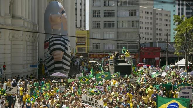 Protesto em Curitiba em dezembro: para a consultoria, 2016 será marcado por um aprofundamento da crise no Brasil | Marcelo Andrade/Gazeta do Povo