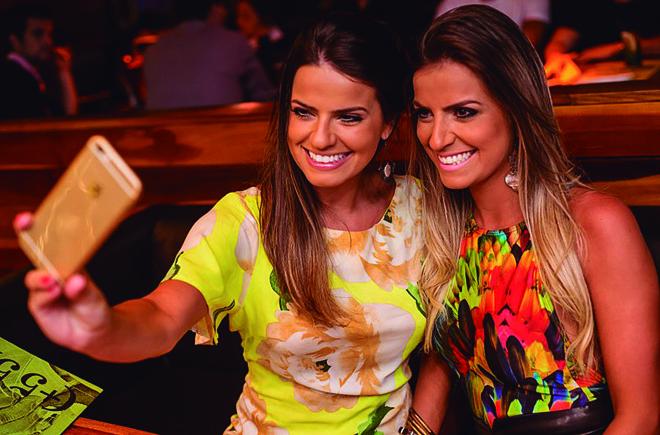 As irmãs Renata Cassitas Mendonça e Marina Cassitas Mendonça foram conferir a badalação da noite ao som do DJ Schasko, no Bar +55, na última sexta-feira. | Jennyfer França
