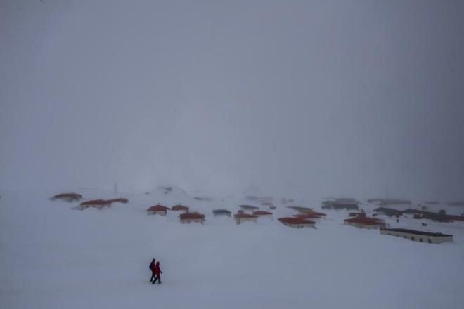 Villa Las Estrellas, na Antártica, vista da base aérea chilena no continente | DANIEL BEREHULAK/NYT