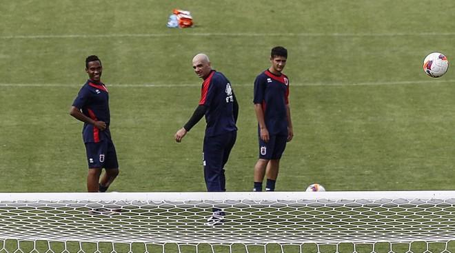 Goleiro Marcos (ao centro) garante que não há clima de empolgação no Tricolor. | Jonathan campos/Gazeta do Povo