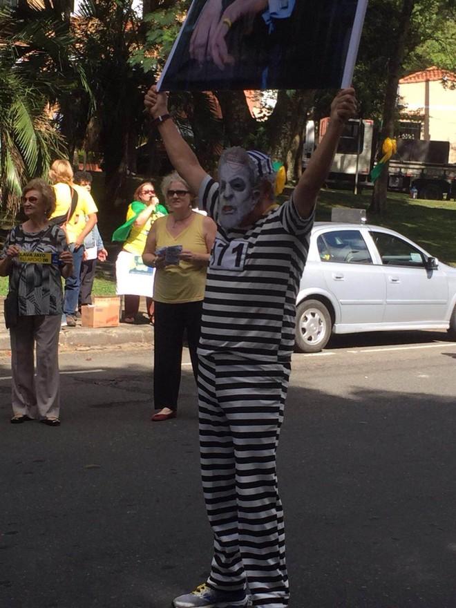 Manifestante com máscara de Lula vestido de presidiário | Divulgação