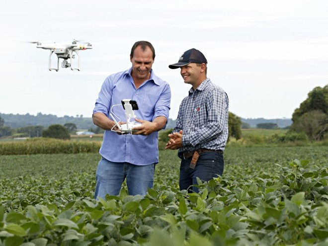 Drone é o olho do alto do produtor Kluger e do agronômo Hubert. | Josue Teixeira/Gazeta do Povo