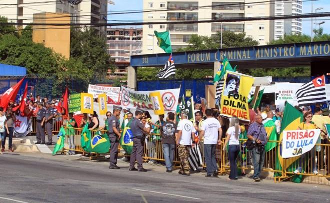 Protesto foi frente a fórum em que Lula iria depor. | WERTHER SANTANA/ESTADÃO CONTEÚDO