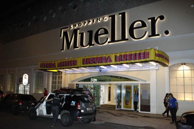 69a2f32d40 Segurança do shopping Mueller leva dois tiros durante assalto a ...