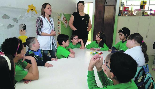 As atividades em sala de aula incluíram debates sobre profissões e a preparação de um jornal.   Divulgação/