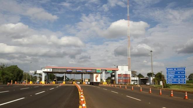 Caminhão passa por pedágio: fluxo está em queda.   Roberto Custódio/Jornal de Londrina