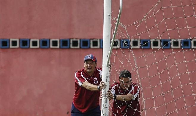 Técnico Claudinei Oliveira durante treino do Paraná. | Jonathan Campos/Gazeta do Povo