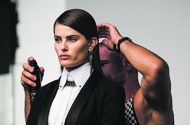 A top curitibana Isabeli Fontana sendo preparada para a sessão de fotos da campanha da coleção Karl Lagerfeld para a Riachuelo. | Christian Brandão/Divulgação
