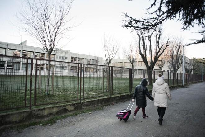 Silvia Benatti perdeu o emprego em uma fpabrica local e agora tem dificuldades em acertar as contas com o município: preocupação é que a filha fique sem o lanche da escola | ALESSANDRO GRASSANI/NYT