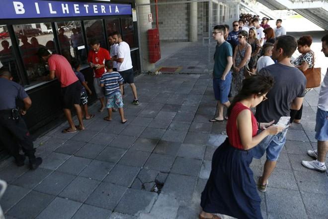 Promoção de ingressos para o jogo contra o Criciúma causou fila na Arena nesta quarta-feira   Marcelo Andrade/Gazeta do Povo