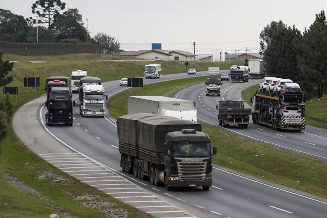 Estudo revela que a frota de caminhões do país tem idade média de 13,9 anos .   Brunno Covello/Gazeta do Povo
