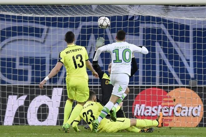 O camisa 10 Draxler marcou dois gols na vitória do Wolfsburg. | JOHN THYS/AFP