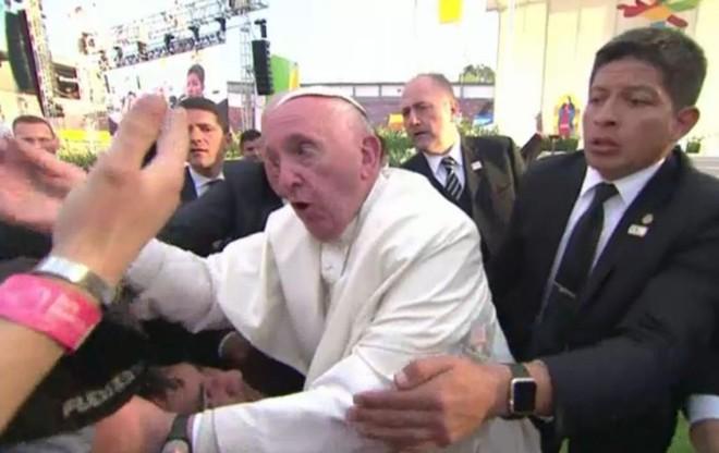 Papa Francisco quase é derrubado por fiel durante encontro com fiéis no México | GABRIEL BOUYS/AFP