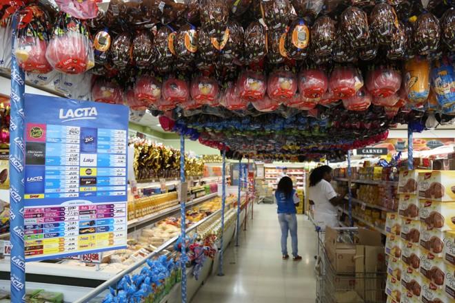 Ovos de Páscoa em supermercado: alta de preço compensará a queda nas vendas. | Ivonaldo Alexandre/Gazeta do Povo