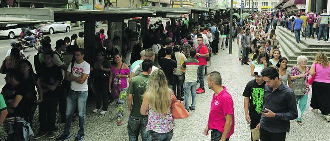 Fila para  conseguir atendimento em feira do emprego, na Praça Rui Barbosa | Giuliano Gomes/Gazeta do Povo