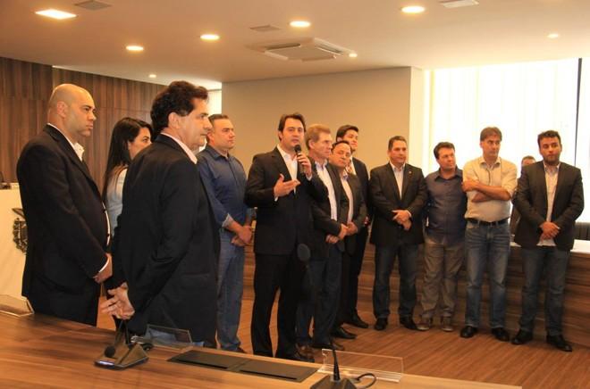 Ratinho (ao microfone) anuncia mudança de partido com o objetivo de fortalecer nome para o governo do estado. | Assessoria Ratinho Jr.
