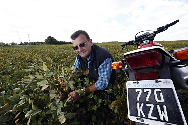 Com auxílio de moto, Alejandro Calderón monitora 1,2 mil hectares dedicados a soja, milho e trigo e revela ter voltado a ficar otimista com atividade no campo. | Albari Rosa/Gazeta do Povo