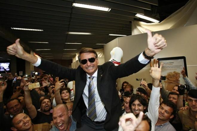 Jair Bolsonaro é carregado por simpatizantes na chegada a Curitiba. | Marcelo Andrade/Gazeta do Povo