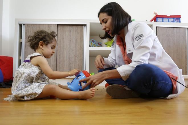 Na imagem, a fonoaudióloga Sueh Loren Vieira faz exercícios de estímulo da fala | Henry Milleo/Gazeta