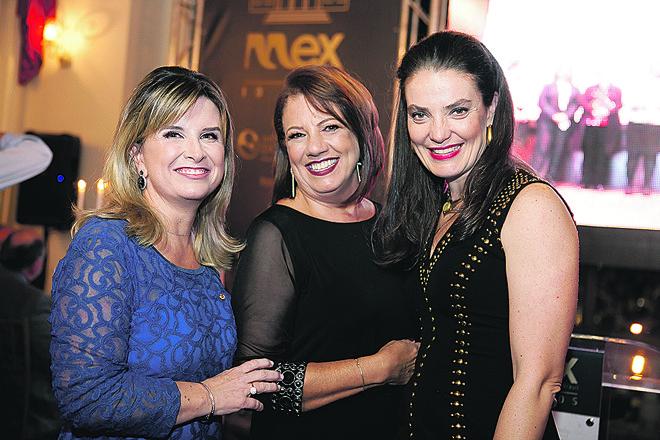 A presidente Regina Arns, Sonia Kunitz e Ana Amélia Filizola (da esq. para a dir.) no jantar em comemoração aos dez anos do MEX Brasil – Espaço Mulheres Executivas, segunda-feira, no Palácio Garibaldi. | Roman Fotografias