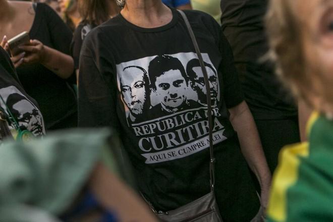 """Manifestantes não perderam tempo e já saíram às ruas com camisetas remetendo à """"República de Curitiba"""".   Marcelo Andrade/Gazeta do Povo"""