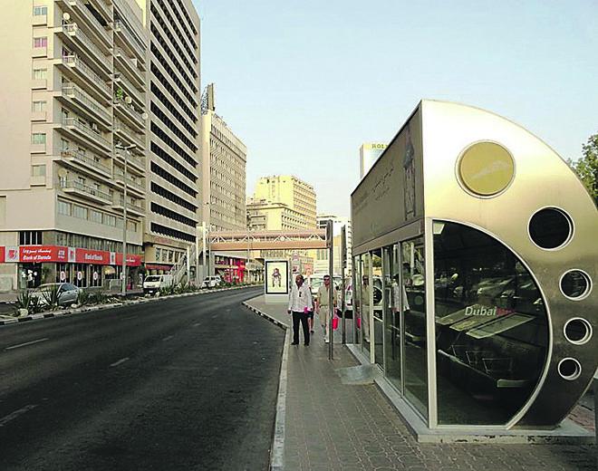 Em Dubai, nos Emirados Árabes, calor e clima com possibilidades de eventos extremos, como tempestades de areia, exigiram uma parada de ônibus protegida, em forma de cabine e com ar-condicionado. | Fabio Achilli/Flickr/Creative Commons