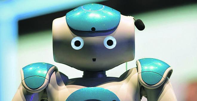 Máquinas e programas dotados de inteligência artificial já conseguem desempenhar tarefas antes restritas a humanos, como esse robô da IBM, equipado com o sistema de computação cognitiva Watson | LLUIS GENE/AFP