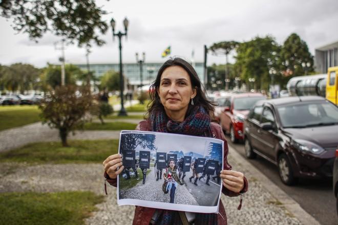 Identificada dias depois pelo jornalista Daniel Castellano, voltou ao Centro Cívico, com a foto que a colocou de vez no centro da luta pela educação. Ângela virou um símbolo do 29 de abril de 2015. | Daniel Castellano/Gazeta do Povo