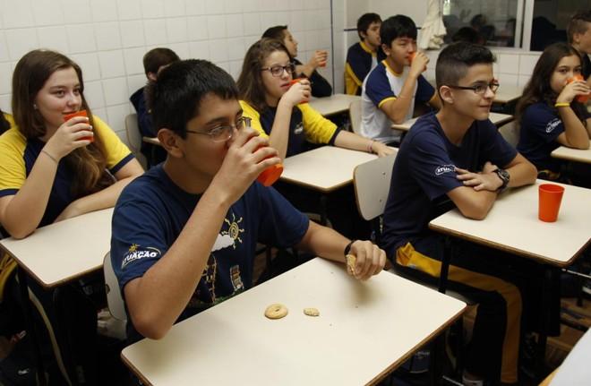 No Colégio Atuação, alunos recebem um reforço de alimentação depois que se identificou que 70% deles não tomavam café da manhã. | Aniele Nascimento/Gazeta do Povo