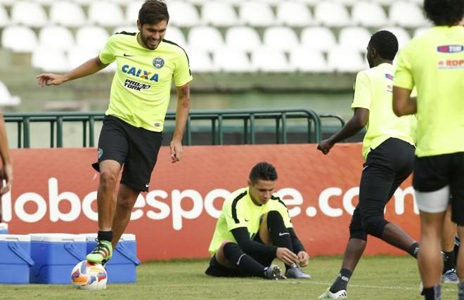 O paraguaio Ortega domina a bola durante treino do Coritiba no Couto Pereira: atacante ainda não marcou pelo Alviverde. | Hugo Harada/Gazeta do Povo