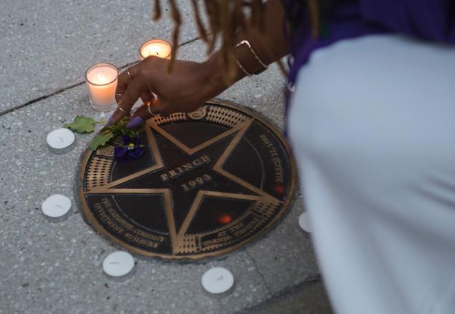 Fã acende vela para o ídolo pop na frente do Teatro Warner, em Washington D.C. | ANDREW CABALLERO-REYNOLDS/AFP