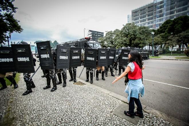Entendeu que devia se manifestar. Fez ali o seu grito de guerra - era apenas uma professora desarmada, em defesa dos seus direitos. | Daniel Castellano/Gazeta do Povo