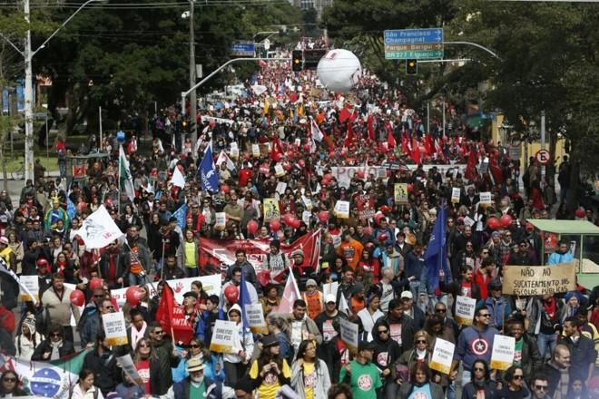 Caminhada rumo ao Centro Cívico. | Henry Milleo/Gazeta do Povo