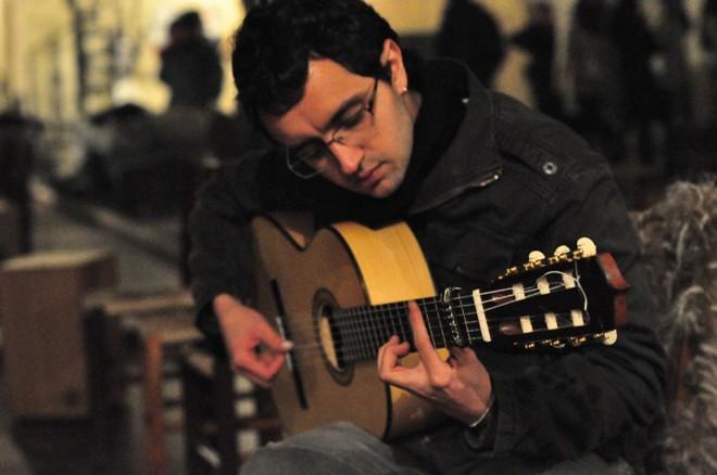 Omúsico Alê Palma e a guitarra flamenca. | Divulgação