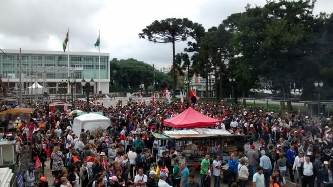 Manifestantes ocupam o Centro Cìvico | Gazeta do Povo