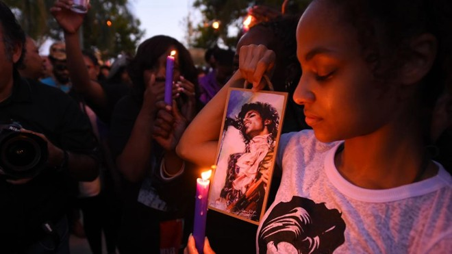 Fãs homenageiam Prince em Minneapolis | Robyn Beck/AFP