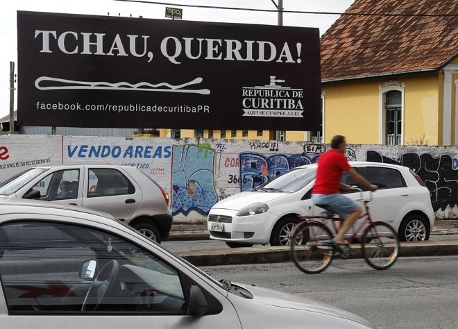 Em Curitiba, outdoors já enviam mensagem de despedida a Dilma antes mesmo da votação do impeachment | Aniele Nascimento/Gazeta do Povo