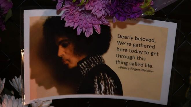 Homenagem a Prince deixada por fã em Minneapolis   Mark Ralston/AFP