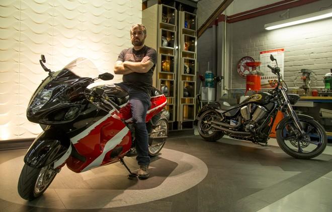 Marco Aurélio, sócio-proprietário da Legend Motors, diz que qualquer moto é customizável. | Hugo Harada/Gazeta do Povo