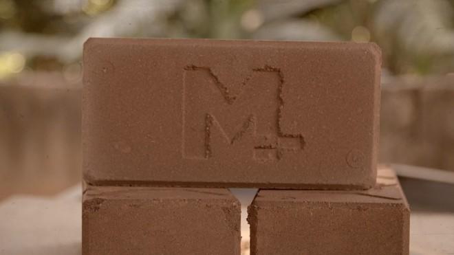 Tijolo produzido a partir da lama de rejeitos da Samarco é impermeável e até sete vezes mais resistente que o tijolo de barro comum. | Reprodução/